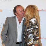 Rosa Benito besa a Amador Mohedano en la fiesta 'Supervivientes 2011'