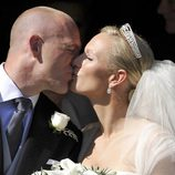 Zara Phillips y Mike Tindall se besan en su boda