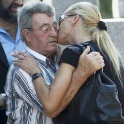 Belén Esteban besa a un asistente al funeral de su abuela Pilar de Diego