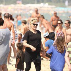 Deborra Lee Furness durante sus vacaciones con Hugh Jackman en Saint-Tropez