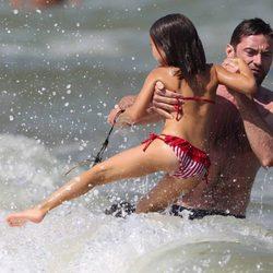 Hugh Jackman juega con su hija Ava en Saint-Tropez en la playa