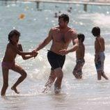 Hugh Jackman juega con su hijo Oscar en Saint-Tropez
