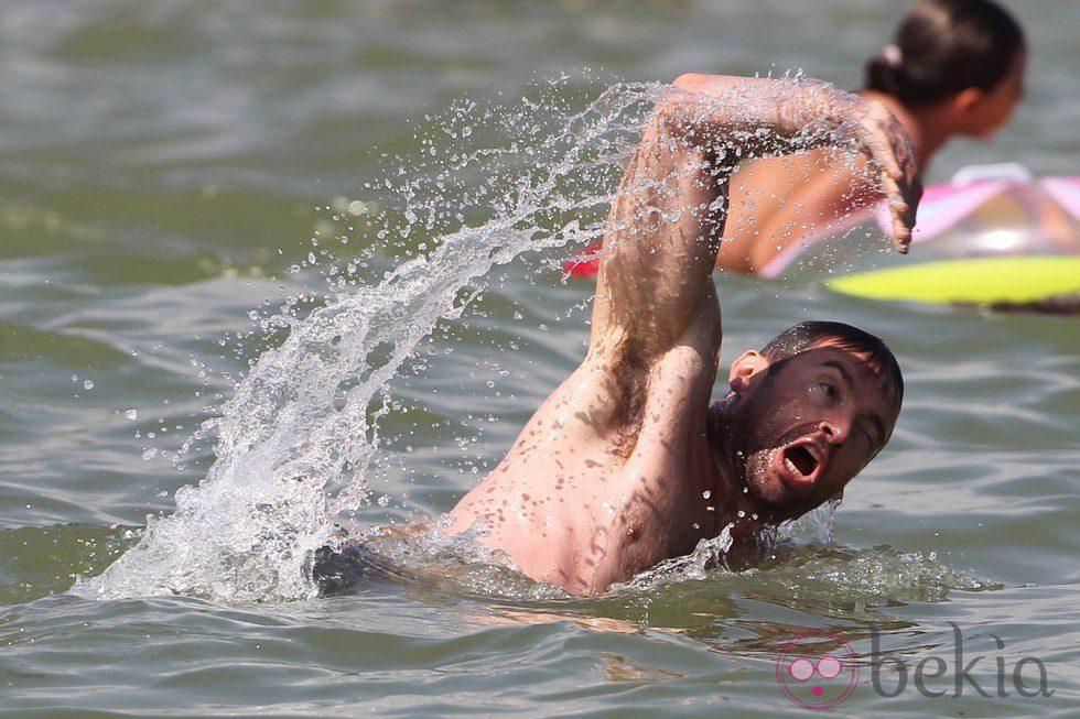Hugh Jackman nadando en Saint-Tropez