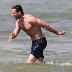 Hugh Jackman luce torso desnudo en Saint-Tropez