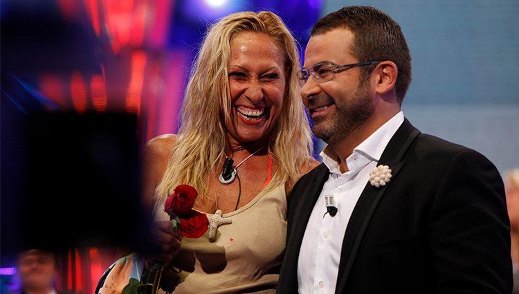 Rosa Benito ríe junto a Jorge Javier Vázquez en la final de 'Supervivientes 2011'