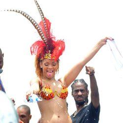 Rihanna moja al público en el Barbados Kadooment Day Parade