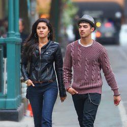 Joe Jonas y Jessica Pott paseando por las calles de Nueva York