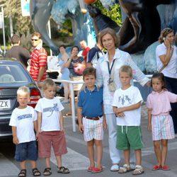 La Reina con sus nietos Miguel, Pablo, Felipe, Juan y Victoria en 2005