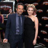 Mark Ruffalo y Scarlett Johansson en la premiere de 'Los Vengadores' en Los Angeles
