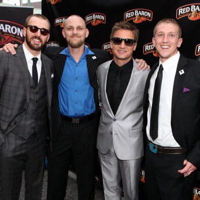 Chris Evans y Jeremy Renner en la premiere de 'Los Vengadores' en Los Angeles