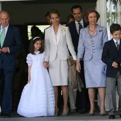Los Reyes, la Infanta Elena y Jaime de Marichalar y sus hijos en la comunión de Victoria Federica