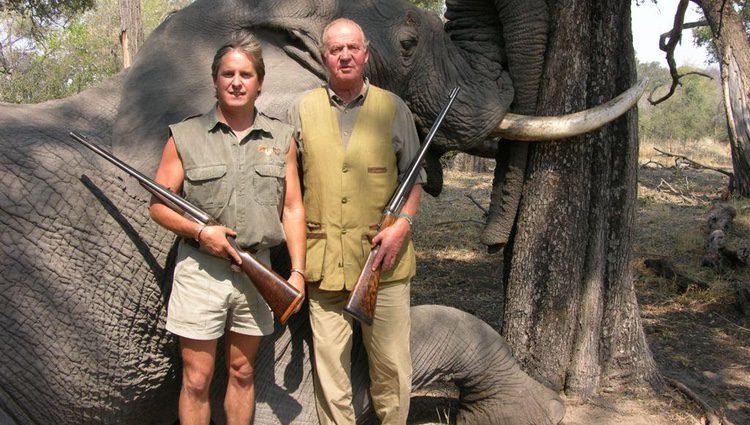 El Rey Juan Carlos I cazando elefantes en Bostwana