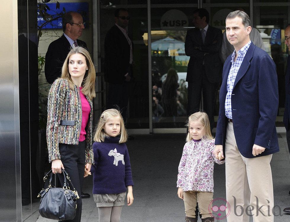 El Príncipe Felipe, Letizia y las infantas Leonor y Sofía visitan al Rey