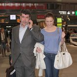 María Jesús Ruiz con su novio José María Gil en la estación del AVE de Sevilla