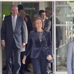La Reina Sofía saliendo del Hospital San José de Madrid