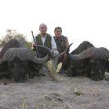 El Rey Juan Carlos tras cazar dos búfalos