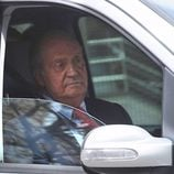 El Rey Juan Carlos sale del Hospital San José tras su operación de cadera