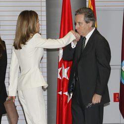 Iñaki Gabilondo besa la mano de la Princesa Letizia