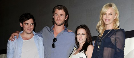 Sam Claflin, Chris Hemsworth, Kristen Stewart y Charlize Theron