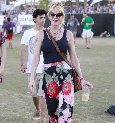 Melanie Griffith bebiendo y fumando en el Festival Coachella