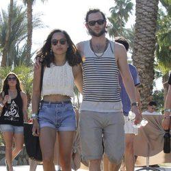 Penn Badgley y su pareja Zoe Kravitz en el Festival Coachella 2012
