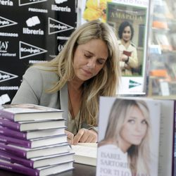 Isabel Sartorius firma ejemplares de su autobiografía el Día del Libro 2012