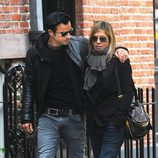 Jennifer Aniston y Justin Theroux pasean abrazados