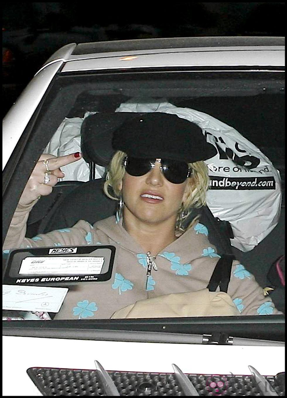 Britney Spears realiza un gesto poco educado a los fotógrafos