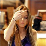 Lindsay Lohan realiza una peineta a la prensa