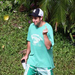 Adam Sandler realiza una peineta a la prensa en Hawai