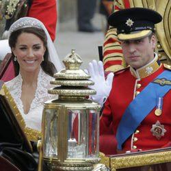 Los Duques de Cambridge pasean en coche de caballos tras su boda