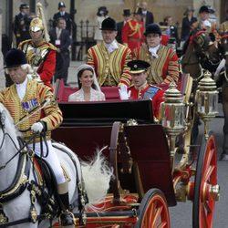 El Príncipe Guillermo y Catalina de Cambridge en coche de caballos el día de su boda