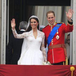 Los Duques de Cambridge saludan desde Buckingham Palace el día de su boda