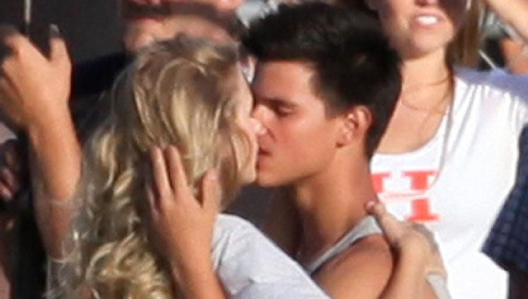 Taylor Swift y Taylor Lautner en el rodaje de la película 'Historias de San Valentín'