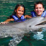 Leo Messi y Antonella Roccuzzo nadando entre delfines