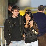 Leo Messi y Antonella Roccuzzo paseando abrazados por Barcelona