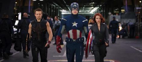 Jeremy Renner, Chris Evans y Scarlett Johansson en 'Los Vengadores'