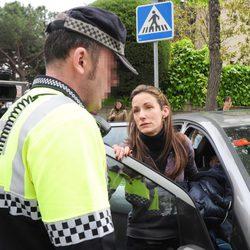 Telma Ortiz pide ayuda a un policía para librarse de la prensa