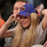Lindsay Lohan con su gorra en un partido de la NBA