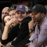 Ashton Kutcher con una gorra de 'Los Angeles Lakers'