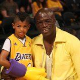 El cantante Seal y su hijo en un partido de 'Los Angeles Lakers'