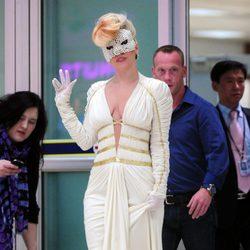 Lady Gaga a la llegada del aeropuerto con un vestido blanco