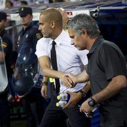 Pep Guardiola saluda a Mourinho durante un partido Barça-Madrid