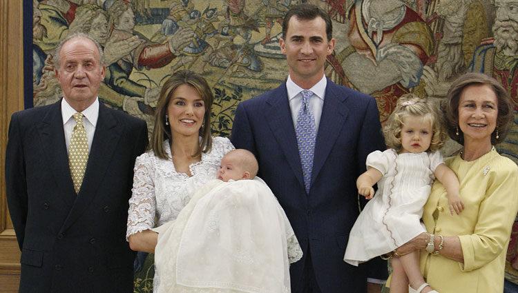 La Infanta Sofía en su bautizo con los Reyes, los Príncipes y la Infanta Leonor