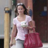 Pippa Middleton camina por Londres tras comprar café