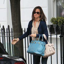 Pippa Middleton llega a casa tras acabar su jornada laboral
