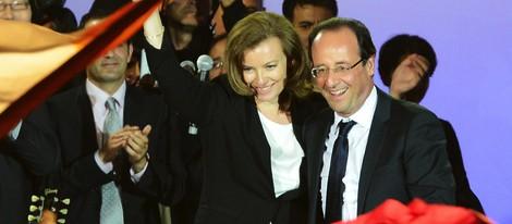 Valérie Trierweiler y François Hollande celebrando la victoria
