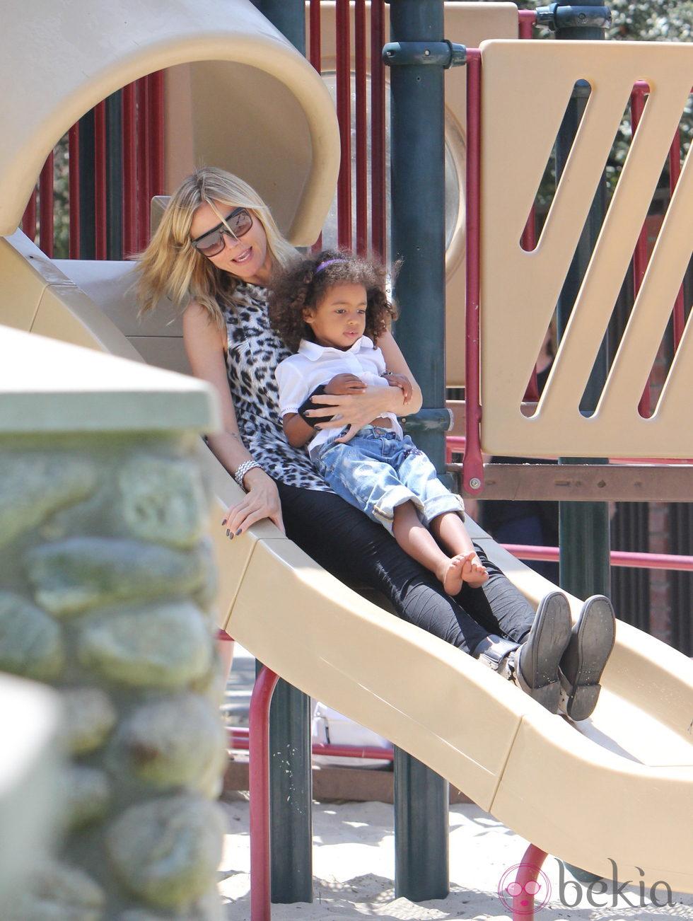 Heidi Klum se divierte con sus hijos en el parque
