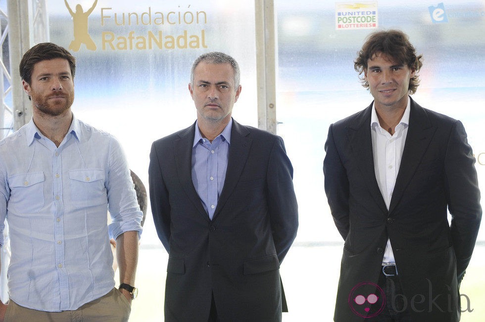 Xabi Alonso, Mourinho y Rafa Nadal en la presentación del partido 'Alma Nadal'