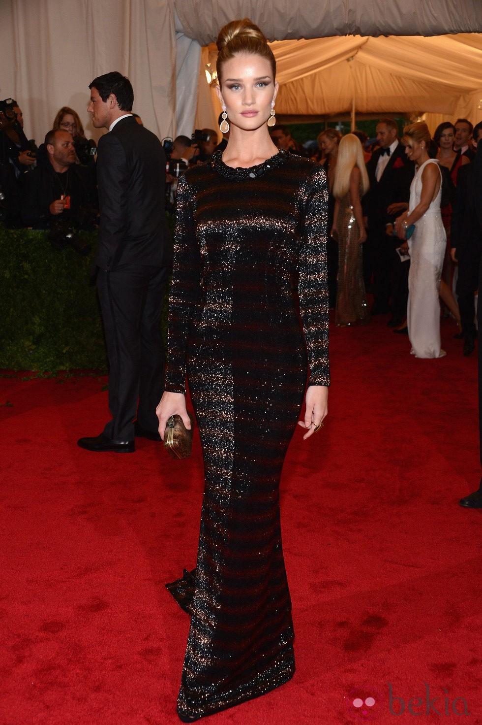 Rosie Huntington-Whiteley en la alfombra roja de la Gala del MET 2012